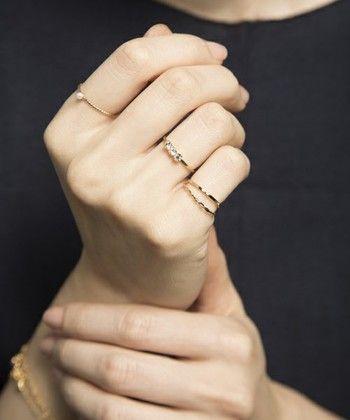細めのシンプルな指輪なら重ねづけしてもごちゃごちゃせず、むしろ女性らしさを引き立ててくれます。