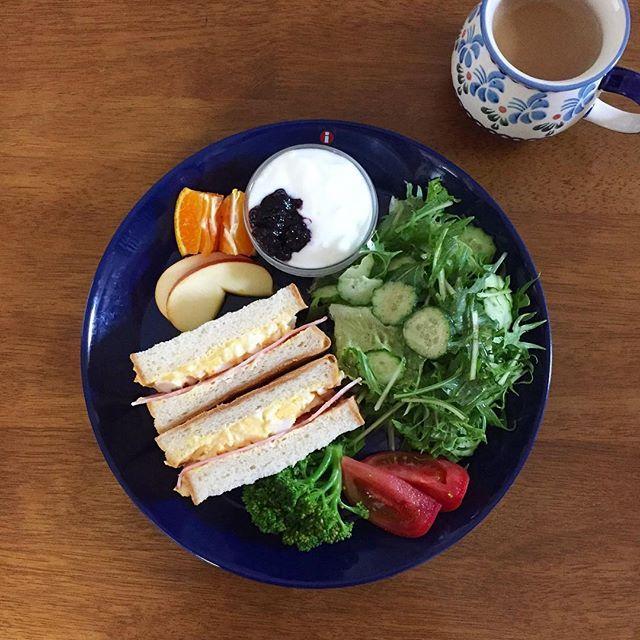 _yukari1217_☕️ * 今日の朝ごパンは 卵とベーコンのサンド * カーテン開けたら 雲ひとつない青空! すっごいパワーもらった♡ 今日も頑張れそう⤴︎ * #朝ごはん#朝食#おうちごはん#うちカフェ#ワンプレート#たまごサンド#サンドイッチ#イッタラ#breakfast#morning#food#foodies#homecookedmeal#sandwich#iittalla#yummy#gm