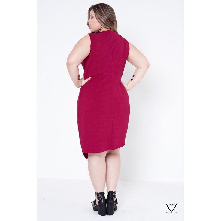 Desperte a sua (Kardashian) interior e ouse com este vestido agarradinho que modela as curvas e te deixa ainda mais poderosa! Seu tecido contém 6% de elastano, então a peça estica e abraça sua silhueta. Seu forro é composto de poliéster e viscose. A modelagem da peça é assimétrica, brincando com o geometrismo para um visual contemporâneo. Se você quer ousar e arrasar, este vestido é para você!