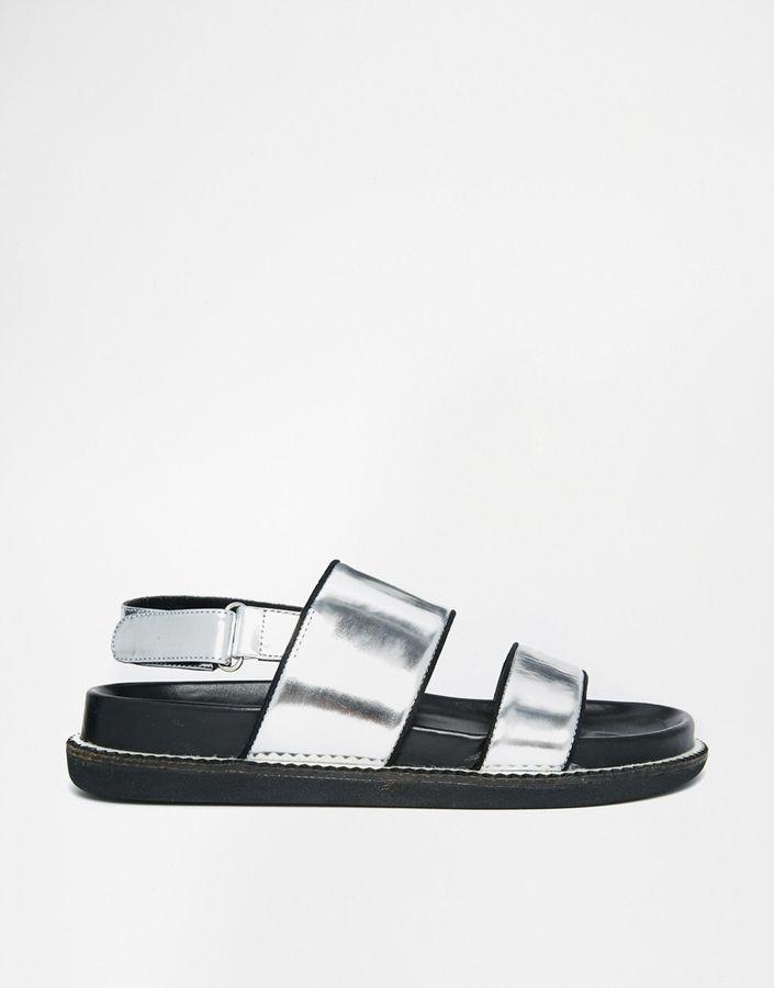 €52, Silberne Flache Sandalen aus Leder von Senso. Online-Shop: Asos. Klicken Sie hier für mehr Informationen: https://lookastic.com/women/shop_items/193569/redirect