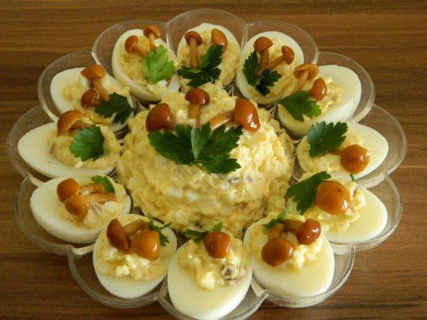 источникКЛУБ ЛЮБИМЫХ ЖЁН  Яичный салат с опятамиИнгредиенты и приготовление:яйца — штук 6,картофель — 3 штуки среднихгрибы — грамм 100.Тут можно на свой вкус соотношения брать: кто — то больше яйца л…