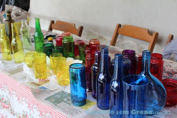 Masentão...  Desde sempre quis decoração com garrafas coloridas para a mesa dos convidados. Passei mais de um ano juntando vidros de todos os tipos, formas e tamanhos e pedindo a outras pessoas que os guardassem pra mim. Depois que defini exatamente o tema da festa - anos 80 - e as cores a ...