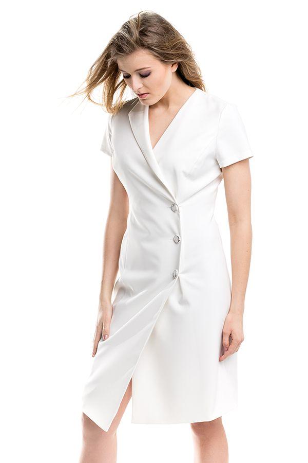 Biała sukienka zapinana na guziki. White dress fastened with bottoms on the front.
