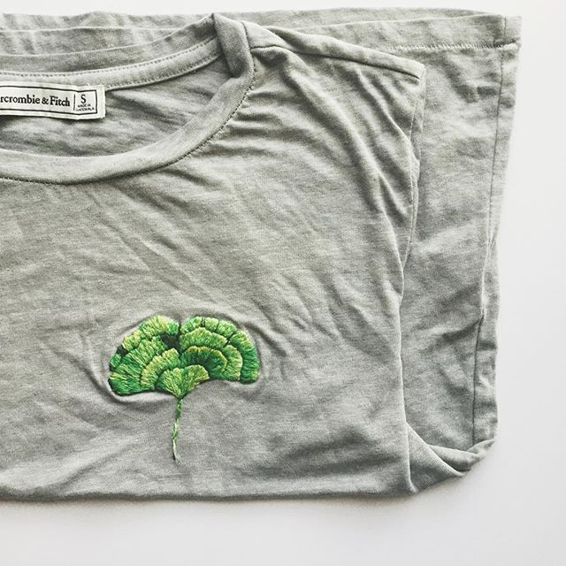 Starting off the new year with this hand embroidered boxy tee. I freaking love Ginkgo leaves, with all their frills and shades.🍃I'll have to embroider one during its fall transition, they're real beauties. 🖤🍂 I don't really make New Years resolutions, I'm more about creating good habits for life, whenever. 😋 A good habit I'm taking into 2018 from last year is to continue slaying my workouts. 💪🏼 My first goal of the year is to finally set aside some time and work on my branding with the…