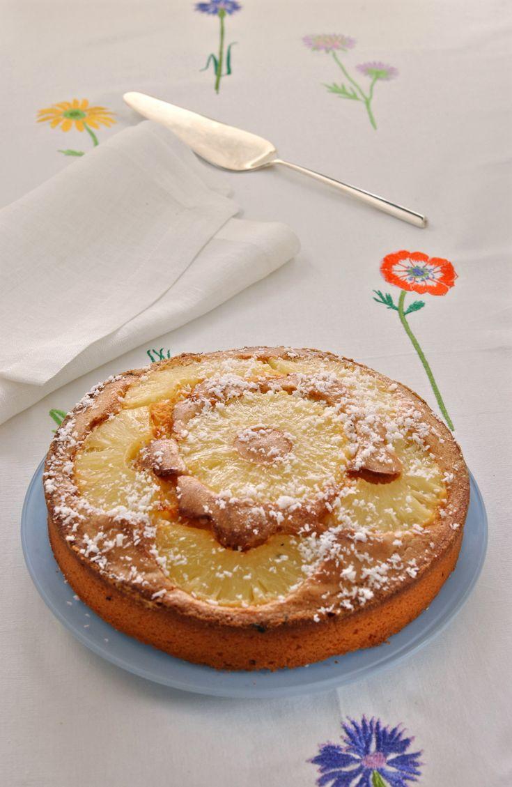 Se ami l'ananas e il cocco, questa torta soffice al profumo di cocco potrà diventare il tuo dessert preferito: leggi la ricetta su Sale&Pepe.
