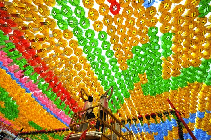 Preparing for for the feast of two thousand five hundred fifty-sixth birthday of Buddha in a temple in Seul | Corea del Sud