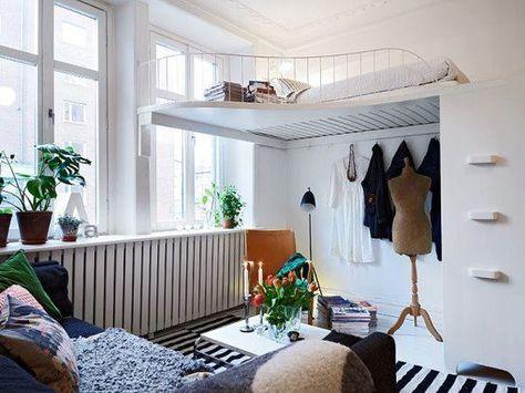 en loftsäng i vardagsrummet är en snygg detalj och gömmer sängen.