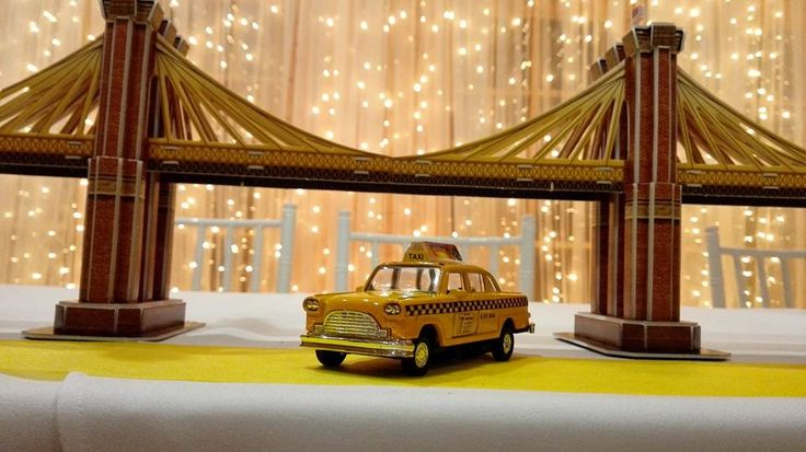 Friends themed wedding in Budapest - main table decor: Brooklyn bridge (paper puzzle) and yellow cab from New York City