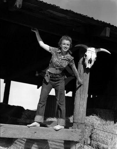 Décembre 1945 West Trip - Cow Girl Sitting - Norma Jeane par André De Dienes - Divine Marilyn Monroe