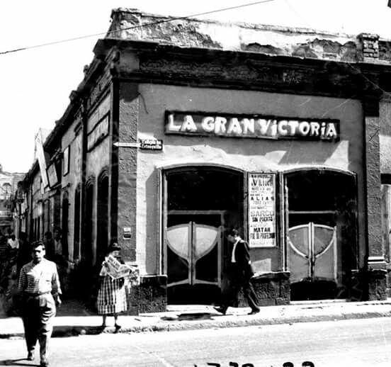 """Pulqueria """"La Gran Victoria """" en los años cincuenta estaba hubicada en la esquina de Peralvillo y el Callejón del Estanquillo."""