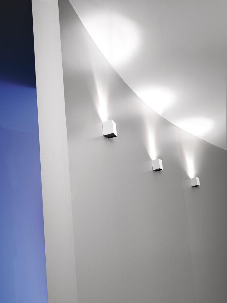 MicroBox 7/1 Color Acciaio Spazzolato  Lampada da parete (applique) disegnata dai Fratelli Pamio nel 2003 color Acciaio Spazzolato. Monta sia lampadina alogena che lampadina a Led con attacco standard GU10. E possibile montarla orientata sia verso lalto che verso il basso. Disponibile nelle seguenti colorazioni: Alluminio, Acciaio Spazzolato, Bianco, Ruggine, Acciao Lucido