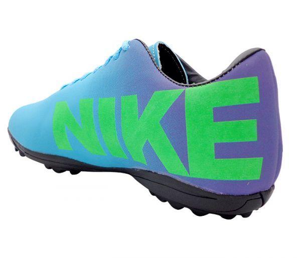 Chuteira Society Nike Mercurial Roxo e Azul Bebê - Cabedal confeccionado em material sintético. Conta com fechamento em cadarços e etiqueta interna. Traz o logotipo da marca nas laterais e no solado. Oferece forro em material sintético com ref...