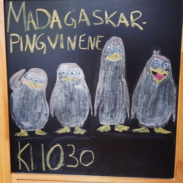 Pingvinene fra Madagaskar filmene har fått sin egen film! Bli med Skipper, Kowalski, Rico og Private på ett nytt eventyr på dagens kinovisning! #kino #penguinsofmadagascar #blackboardart #loddefjordbibliotek #bibliotek #loddefjord