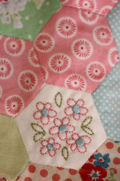 Vignette Hexy Quilt - love the embroidery: Quilts Hexi, Embroidered Hexagons, Hexagons Happy, Ads Embroidery, Hexagons Quilts, Embroidered Hexi, Hexi Quilts, Quilts Hexagons, Vignettes Hexi