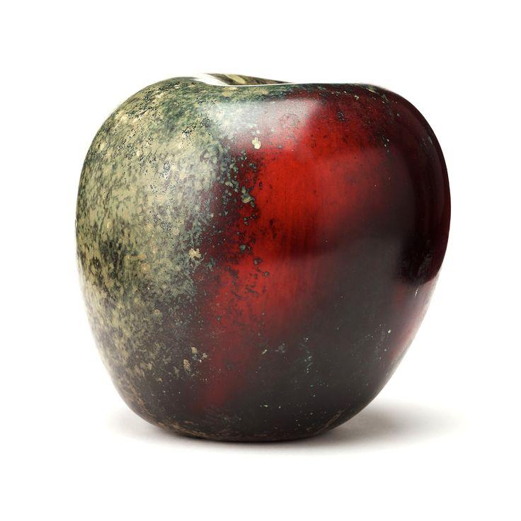 HANS HEDBERG, ÄPPLE, BIOT, FRANKRIKE. Starkeldsfajans, glasyr i rött och grönmelerad, signerat HHg. H 20 cm.