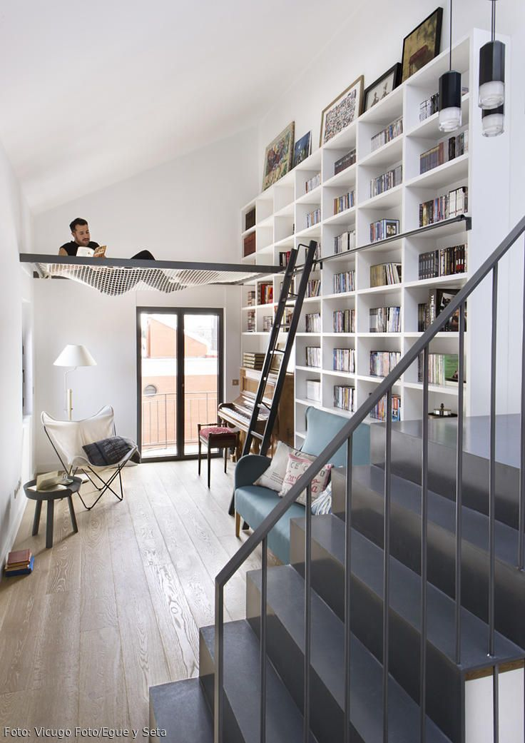 Das spanische Architekturbüro **[[http://www.egueyseta.com/|Egue y Seta]]** hat einer heruntergekommenen **Doppelhaushälfte** in **Madrid** ein beeindruckendes Upgrade verpasst: Vor der Umgestaltung dunkel und ungemütlich, präsentieren sich die **170 Quadratmeter auf drei Etagen** heute als ideales Großstadt-Zuhause.    Hinter einer Glaswand direkt unter dem Dach befindet sich ein kleiner **Schlafbereich für Gäste**, ein paar Treppenstufe weiter unten eine **Bibliothek mit Sitzecke** und…