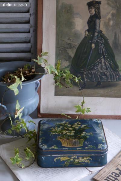 Ancienne boite en fer , décor muguet . Brocante de charme atelier cosy.fr