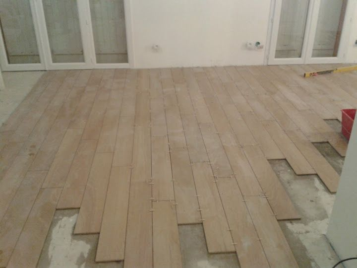 Les 25 meilleures id es de la cat gorie pose carrelage imitation parquet sur pinterest for Pose de carrelage imitation parquet
