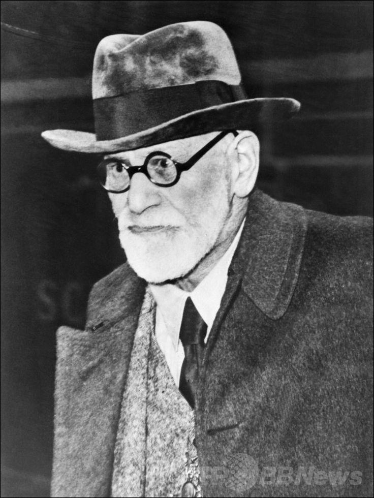 オーストリア・ウィーン(Vienna)からパリ(Paris)に到着したオーストリアの精神分析医ジークムント・フロイト(Sigmund Freud、1938年8月5日撮影)。(c)AFP ▼16Jan2014AFP|フロイトの遺灰が盗難未遂、英ロンドン http://www.afpbb.com/articles/-/3006594 #London #GoldersGreenCrematorium