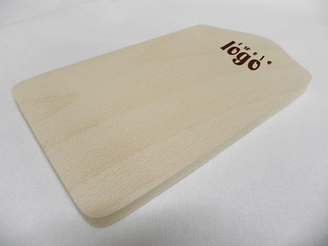 Drewniana deska do krojenia. Na każdej możemy wykonać grawerowane logo firmy lub inną grafikę.