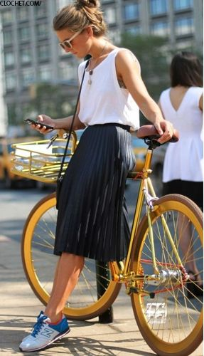 Love this look!  A simple black skirt is a wardrobe must have!  Check out the Hoxton YouSew skirt kit and make your own in only a few hours - no cutting required!  Visit www.hoxtonclothing.com