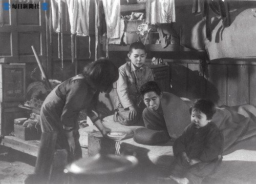 A family making due with suiton (flour ball and hot water) for dinner May 1946 Mainichi Newspaper