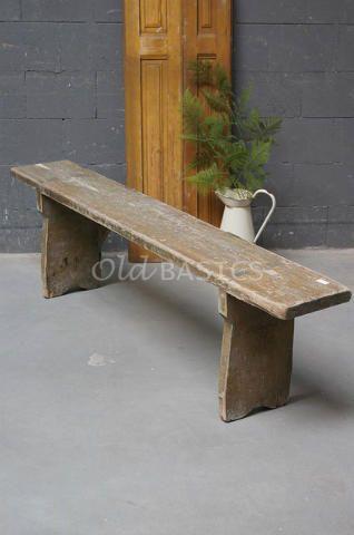 Oude houten bank met een bruine kleur. Deze stoere houten bank heeft een mooie geleefde uitstraling.