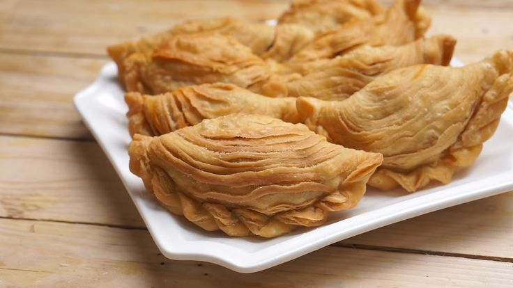 How to make the very delicious Nyonya Curry Puff 如何制作超美味的 «娘惹咖哩角» Ingredients: Water dough: 400g Flour 1 cup Water 1/2 tsp. Salt 2 Tbsp. Margarine Oil dough ...