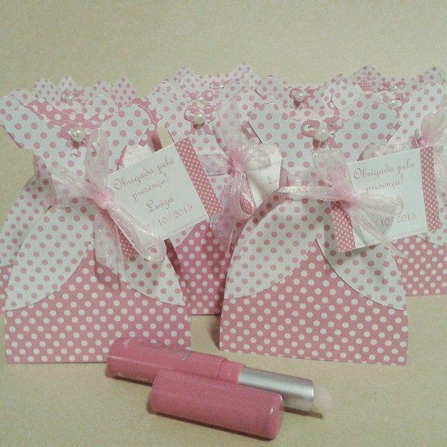Uma graciosa lembrancinha para as amigas, aniversário, tema princesa ou 15 anos. Vestidinhosde poá rosa confeccionados em papel especial portam batom ou protetor labial.