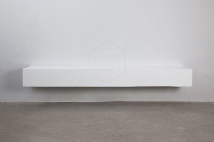 Zwevend tv-meubel van 240 cm lengte met 2 klepdeuren.Greeploos en strak ontwerp met goede afwerkingskwaliteit.Lengte 240 cm * Diepte 40 cm * Hoogte 25 cm.