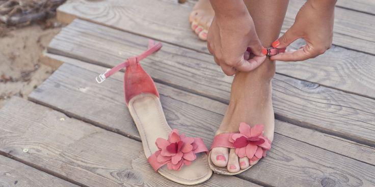 Heb je rode, schilferige en soms jeukende plekjes tussen je tenen? Dan heb je hoogstwaarschijnlijk een schimmelinfectie, ook welzwemmerseczeem genoemd, te pakken. De dermatoloog weethoe je ervan af komt.