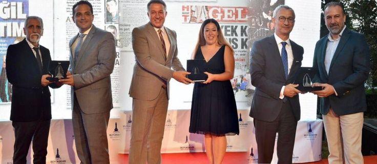 İzmir Büyükşehir Belediyesi'nin bu yıl 18.'sini düzenlediği Barış Selçuk Gazetecilik Ödülleri törenle sahiplerini buldu.  Yakamoz Yakut culture and arts news