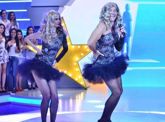 """Liberada pela RedeTV!, Luciana Gimenez dança com Mara no """"Hora do Faro"""" #Apresentadora, #MaraMaravilha, #Musical, #Programa, #Record http://popzone.tv/2015/12/liberada-pela-redetv-luciana-gimenez-danca-com-mara-no-hora-do-faro.html"""