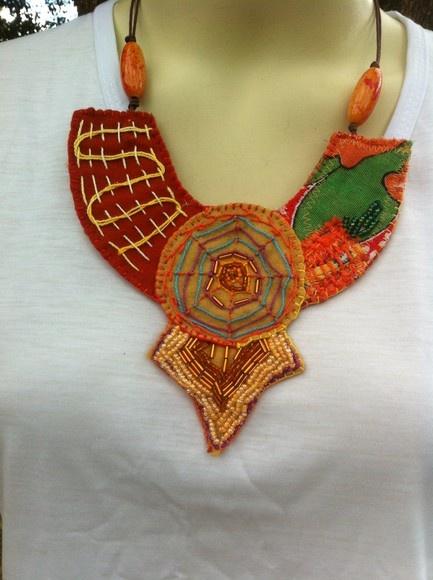 Colar trabalhado sobre base de feltro, com aplicação de retalhos, contas, bordados e fios. R$50,00