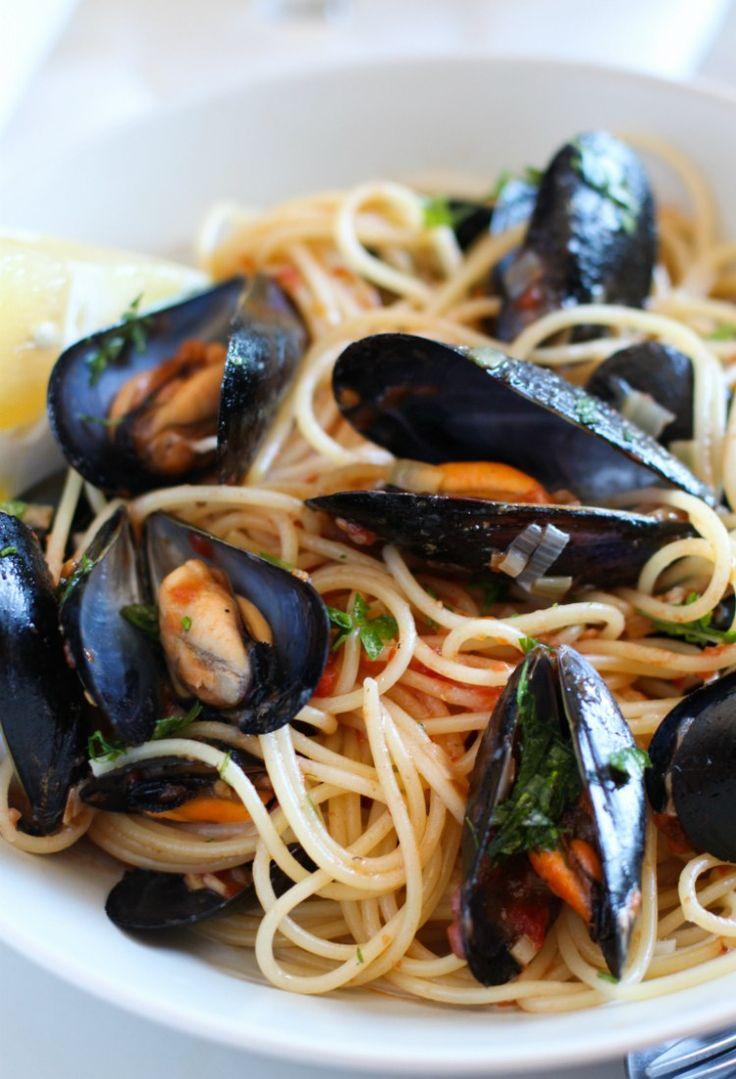 Si te gustan los mejillones (choritos) tanto como a mi, no puedes dejar de probar esta riquísimapasta en salsa de tomate con mejillones al vino blanco, un platolleno de frescura y sabor, que te transportaráa la orilla de la playa. Hace tiempo tenía ganas de preparar una receta con mejillones …