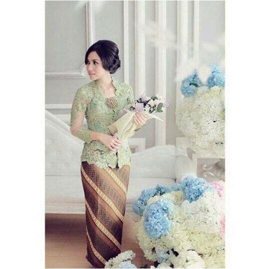 From: http://batik.larisin.com/post/139199561913/kutubaru-kebaya-kebayamodern-kebayawisuda