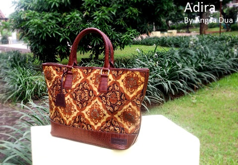 Tas Batik Premium/ Premium Batik Handbag with cow genuine leather, Kain batik solo dengan kulit sapi asli croco looks, will complete your day .    Handmade bag From Indonesia