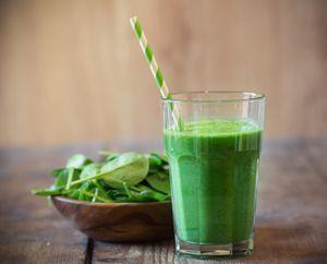 Un desayuno balanceado te ayuda al control de peso, a prevenir la diabetes tipo 2 y evita complicaciones de salud en pacientes diabéticos.: Batido verde con frutas para el desayuno