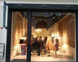 Магазин женской одежды Бахар Корчан Бахар Корчан (Bahar Korçan) является выдающимся дизайнером Турции, которая создает вещи самой последней моды у себя в студии в районе башни Галата. Для создания вещей она использует необычные шикарные ткани.