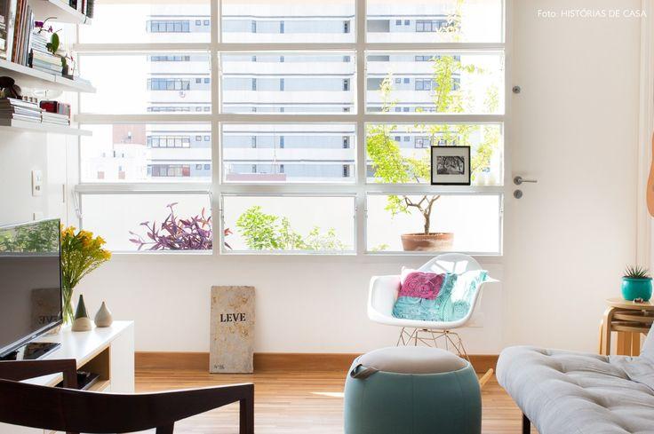 05-decoracao-apartamento-pequeno-luz-natural-janelas-antigas-pintadas