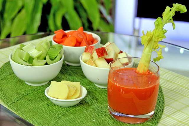 Это идеальное дополнение к основному питанию для тех, кто не мучает себя диетами, но, тем не менее, следит за своим рационом. Ингредиенты: 2 моркови; 4-5 стеблей сельдерея; натуральный мед; пару яблок; лимон; имбирь; корица. Приготовление: Необходимо две морковки, пару яблок и до пяти стеблей сельдерея измельчить с помощью блендера до получения однородной массы, добавить одну …