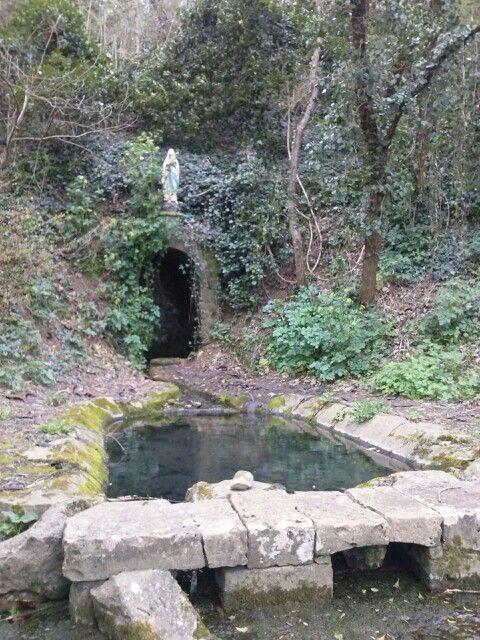 Lavoir de Pétosse en Vendée avec sa vierge au dessus de la source.
