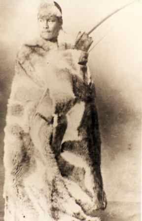 Abrigo tradicional de los Selknam era el manto largo de flexibles cueros de guanaco