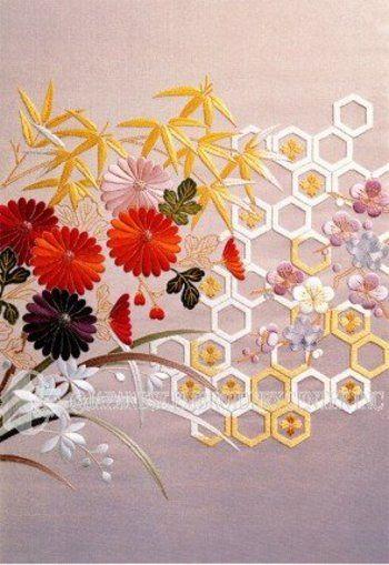 菊、竹、蘭、梅のモチーフの組み合わせを「四君子(しくんし)」と言います。草花の中でも君子に相応しい植物とされています。文人は徳と学識、礼儀を備えた人を指し、みな君子になることを目指すべきとされていたことから、文人画にも関わりが深いモチーフです。  それぞれの植物に込められた意味は...  菊:身を軽くし気を益す、人の寿を延ぶ。 延命長寿の象徴や精神・気力の充実、気高さ、安心感をあらわす。  竹:虚ろなるによりて益を受く。 1年中変わらぬ不屈の忍耐力と強靭さを持ち、気性がさっぱりして、わだかまりがない人格を示す。  蘭:「善人は蘭の如し」、王者の香りあり。 春に咲き、清楚で控えめな姿と気高い風格を持っている。  梅:寒なれど秀で、春きたるを告げる。 厳寒に強く雪の残る冬の終わり頃に咲き始める梅は、寒中に美(知恵)を養い他に先がけて咲く強い心意気を持つ。  どの花も吉祥の、おめでたい絵柄です。