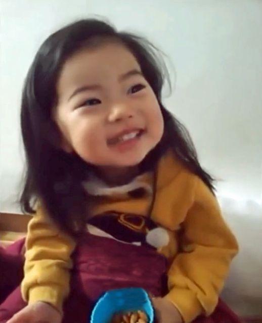 Koreli anne sevimli kızını yabancılara karşı eğitiyor (video)