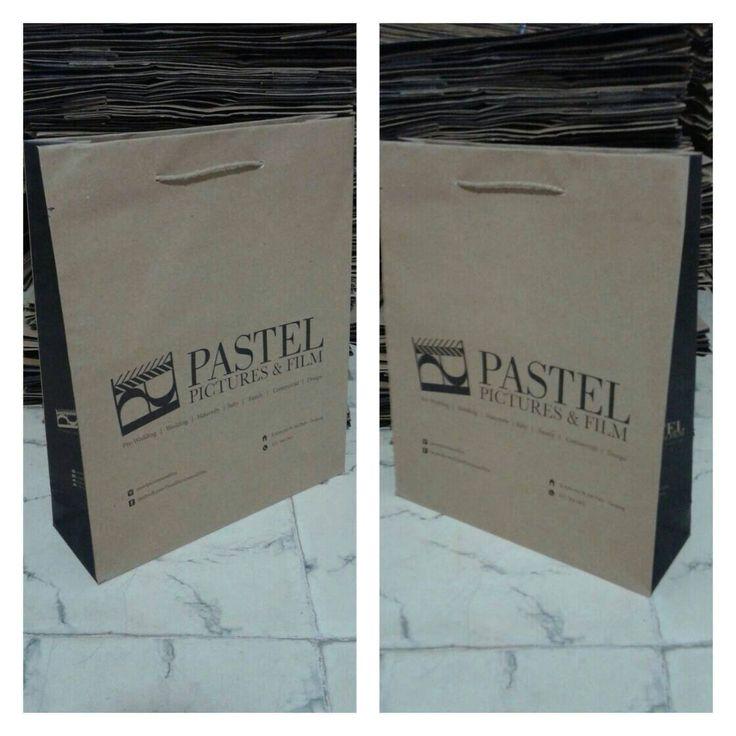 Tas kertas sebagai tempat untuk membawa barang juga sebagai branding.