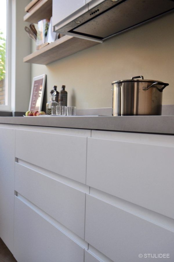 in ... een moderne keuken in wit, hout en groen in een herenhuis ...
