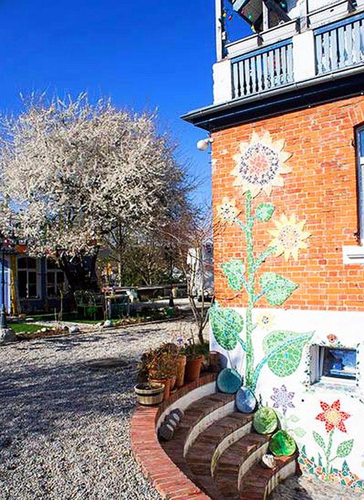 adelaparvu.com despre casa colorata, gard cu forma de creioane, interioare colorate, idei creative acasa, designer Bine Braendle (1)