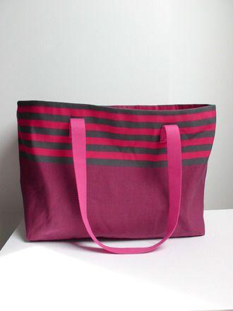 Grand sac de plage, forme cabas, en toile à toile à transat fuchsia et taupe. Anses fuchsia , environ 70 cm se porte facilement à l'épaule. Poche intérieure zippée  , envir - 18220055