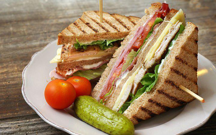 Üç dilim tost ekmeği arasında yer alan omlet, kaşar peyniri, jambon, salam, ızgara tavuk göğsü, marul ve domatesten oluşan club sandwich içinde yok yok.